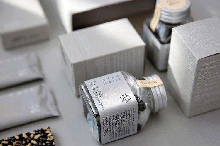 boccetta e packaging grigio elegante