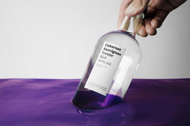 bottiglia immersa nel viola